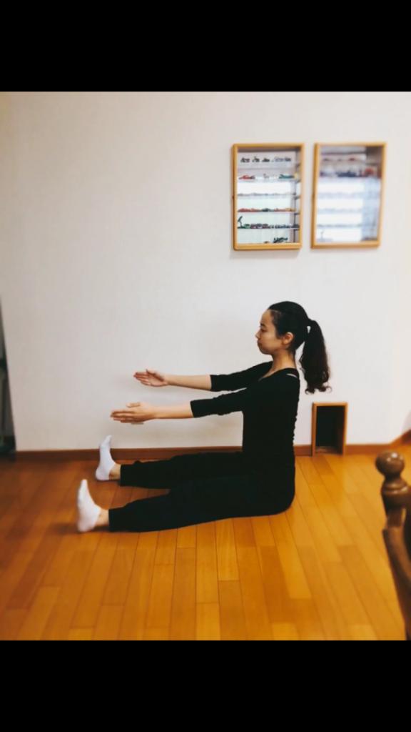 背骨を1つずつ動かす感覚の掴み方。これが出来るとムーブメントの幅も広がります☺️❤️お腹を凹ませるのにもおすすめ👌💕